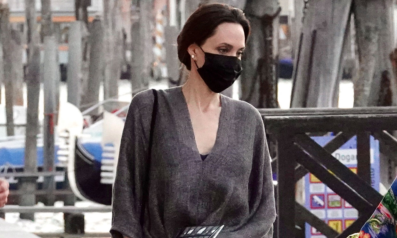 Angelina Jolie conquista Venecia con un vestido-túnica y sandalias de tacón (muy) cómodo