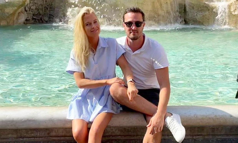 El romántico posado de Eliza Spencer con el minivestido de Zara que te hace ver más alta