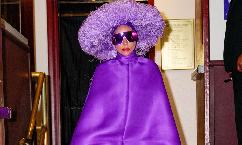 Lady Gaga desfila con el sombrero pensado para Marta Ortega y conecta con la realeza británica