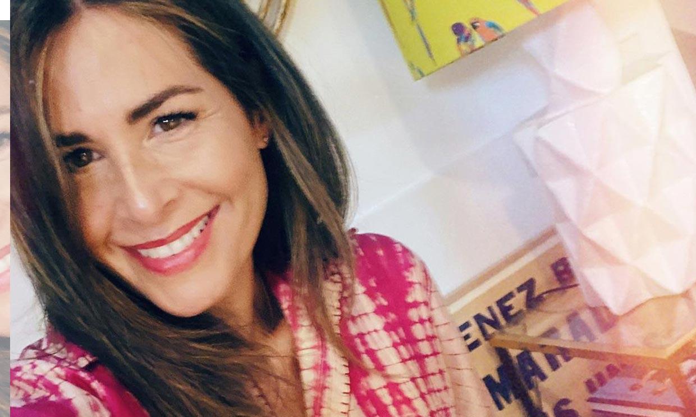 Nuria Roca combina su vestido 'tie dye' que hace cintura de avispa con sandalias veganas