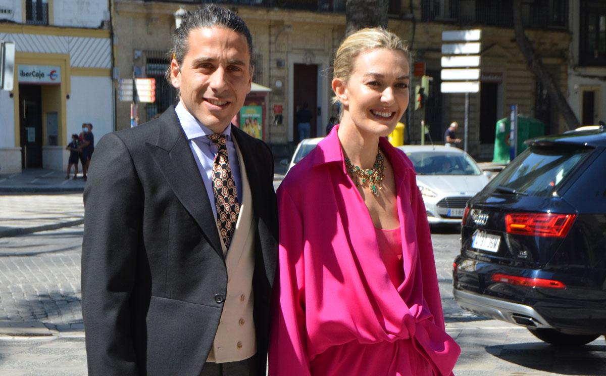 Marta Ortega, una invitada de fucsia con un original diseño relajado y 'taconazos' transparentes