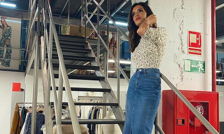 Copia el look de otoño de Sara Carbonero con top de punto 'eco' y la falda de tu adolescencia