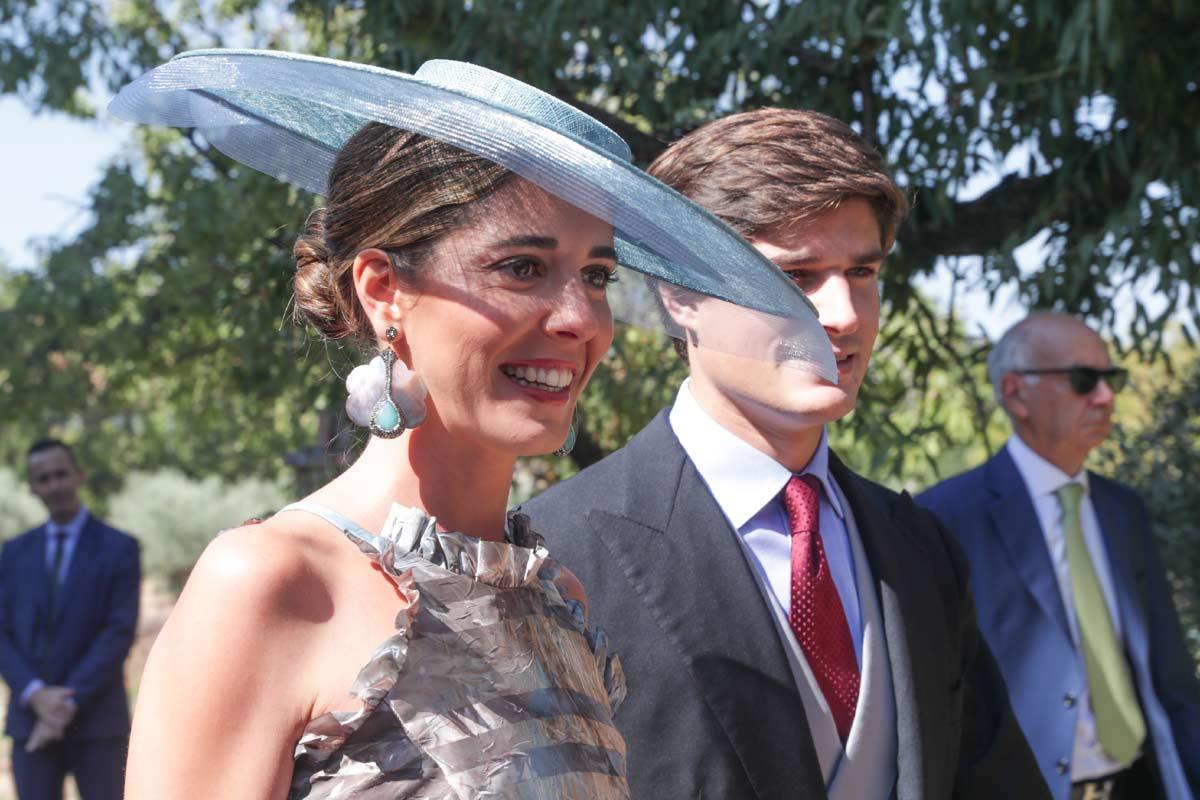 Vestido metalizado y pendientes XL, la apuesta de Belén Corsini en el gran día de su hermana