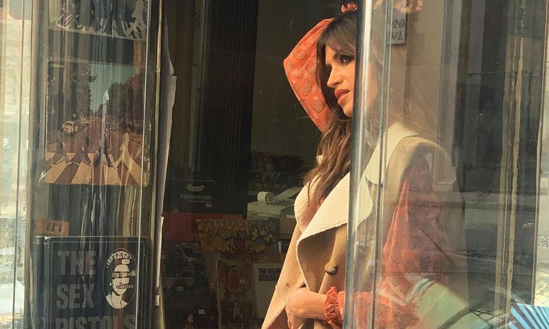 Copia el look sostenible de Sara Carbonero con un vestido estampado y el chaleco más versátil
