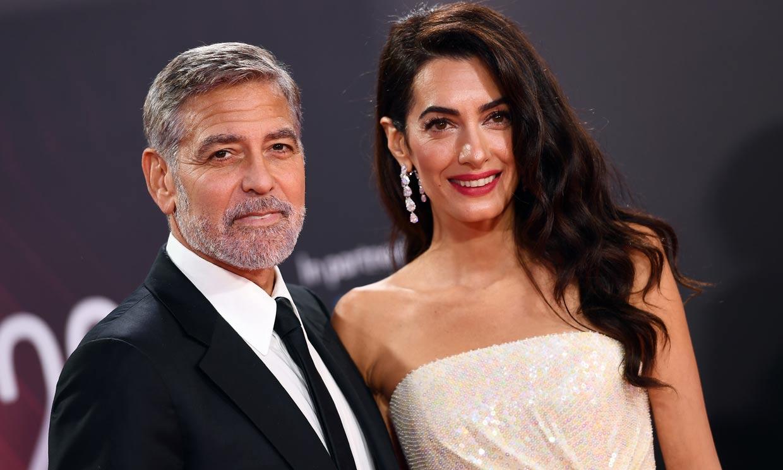 Amal Clooney, radiante en la alfombra roja con un vestidazo de lentejuelas y plumas
