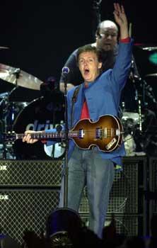 Paul McCartney revive el espíritu de los beatles en Barcelona