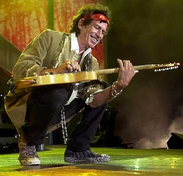 Los Rolling Stones se despiden de España entre llamaradas y lluvia
