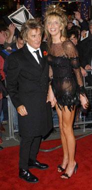 La novia de Rod Stewart, Penny Lancaster, sorprende con un atrevido y sugerente vestido