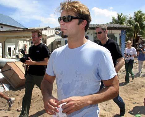 Ricky Martin visita en Tailandia a los 'huérfanos del maremoto'