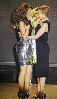 Kylie Minogue vuelve a subir a un escenario