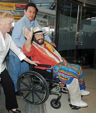 Luciano Pavarotti reaparece tras su reciente operación