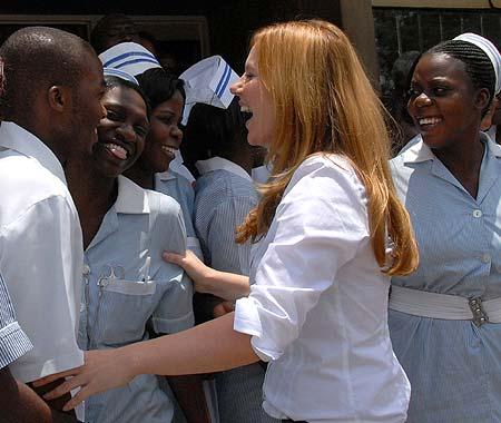 Geri Halliwell sigue los pasos de otras mamás famosas y visita África en misión humanitaria
