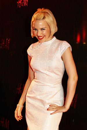 Kylie Minogue luce nuevo 'look' en Shanghai