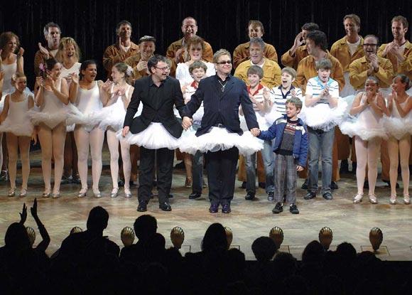 Elton John se pone el 'tutú' en el estreno del musical Billy Elliot