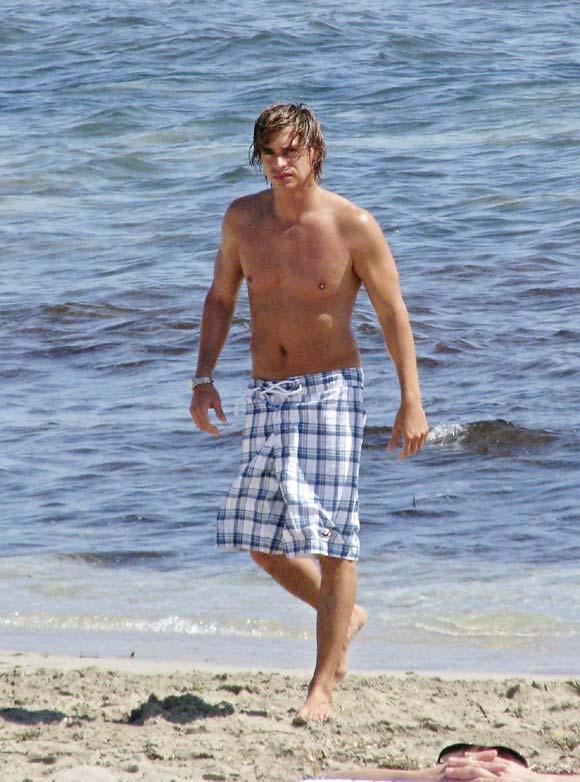 Carlos Baute y su novia Beatriz pasean su amor por las playas de Ibiza