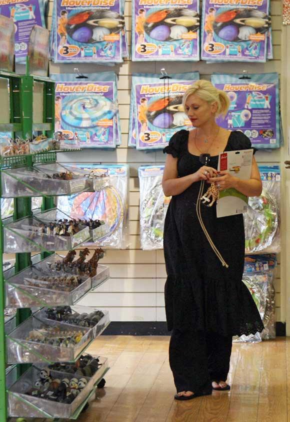 El ajetreo de Gwen Stefani, a punto de dar a luz: tenis en Wimbledon, compras en Londres, paseo por el zoo...