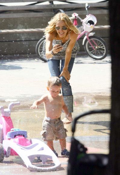 Sheryl Crow, divertida tarde de juegos acuáticos con su hijo Wyatt