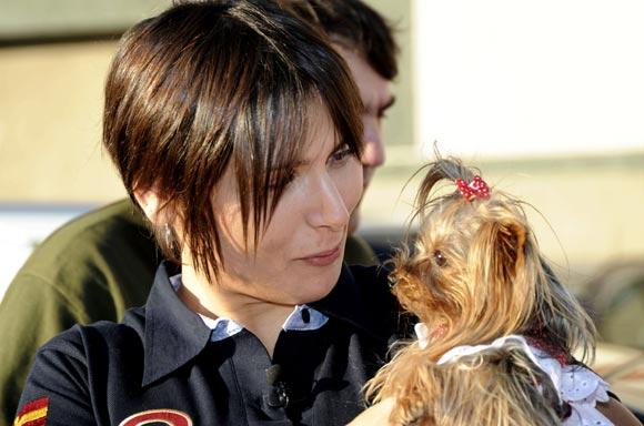 Rosa López y su nueva mascota, un coqueto yorkshire
