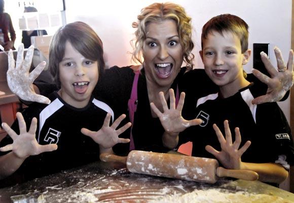 Anastacia pillada con las 'manos en la masa' en un concurso de cocina
