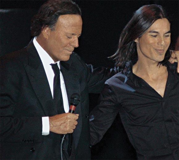 Julio Iglesias canta junto a su hijo Julio en Miami