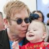 Elton John se queda prendado de un niño de 14 meses en Ucrania: 'Me encantaría adoptar a Lev, me ha robado el corazón'