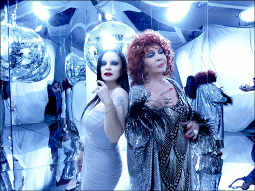 Sara Montiel y Alaska cantan juntas el tema de Fangoria 'Absolutamente'