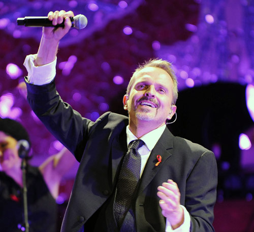 Miguel Bosé canta contra el Sida en Barcelona arropado por numerosos amigos