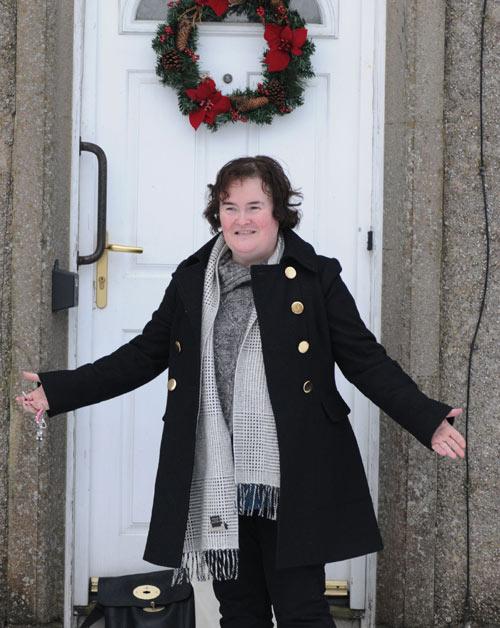 Susan Boyle celebra un año de éxito con una guerra de bolas de nieve con los paparazzi