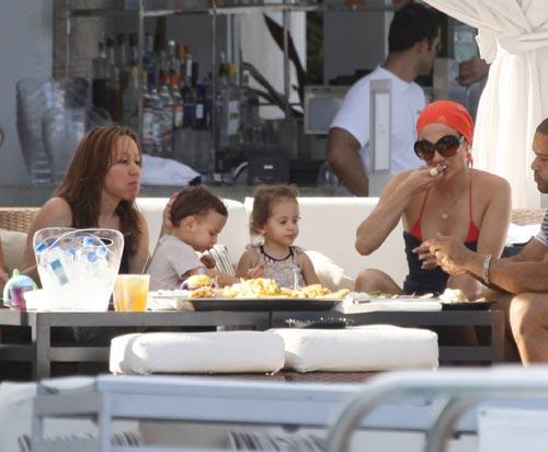 Jennifer López se relaja en la piscina con sus mellizos