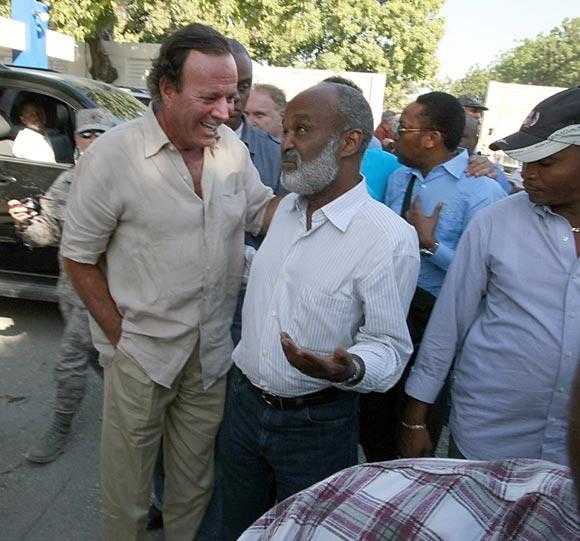 Julio Iglesias muestra su lado solidario en Haití