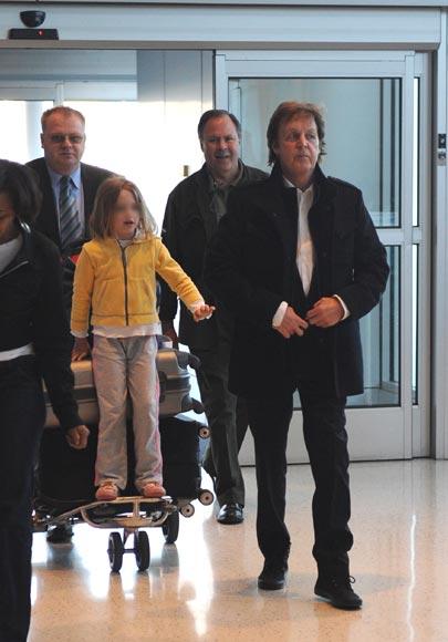 Paul McCartney y su hija Beatrice, como el gato y el ratón en el aeropuerto de Nueva York