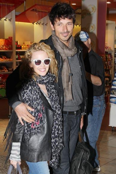 Kylie Minogue y Andrés Velencoso abandonan Australia tras pasar unos días con la familia de la artista