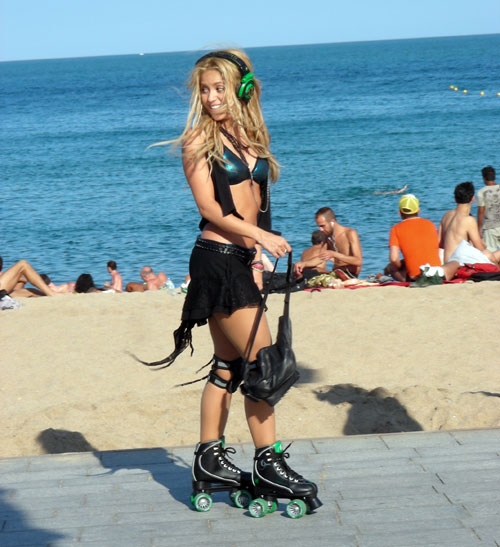 La cantante colombiana sorprendió a decenas de personas al aparecer, con patines y rodilleras, en pleno paseo Marítim de la Ciudad Condal