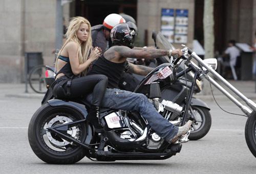 Shakira recorrió el paseo de Joan de Borbó subida en una Harley-Davidson junto a un motorista