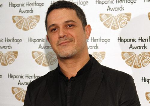 Alejandro Sanz, premiado en Washington por su labor solidaria, ante la atenta mirada de los Duques de Palma