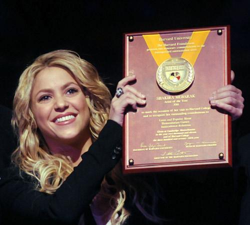 Shakira recibe el galardón 'Artista del año' días después de salir a la luz las imágenes que confirman su relación con Gerard Piqué