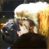 El beso de Kylie Minogue a Andrés Velencoso en mitad de su concierto en Barcelona
