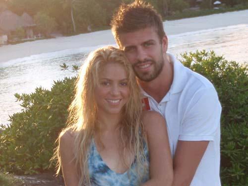 Shakira publica una foto con Gerard Piqué en Facebook y Twitter: 'Les presento a mi sol'