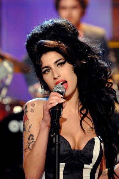 Tras una vida llena de excesos, Amy Winehouse fallece a los 27 años