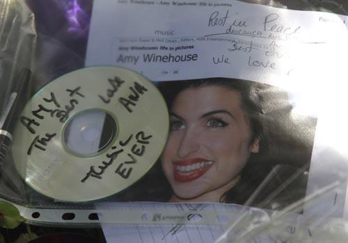 Familiares y amigos despiden a Amy Winehouse con un funeral privado: 'Buenas noches mi ángel, que duermas bien'
