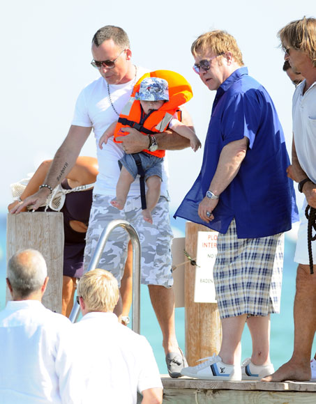 Elton John y David Furnish navegan con su hijo, Zachary, por aguas de Saint Tropez