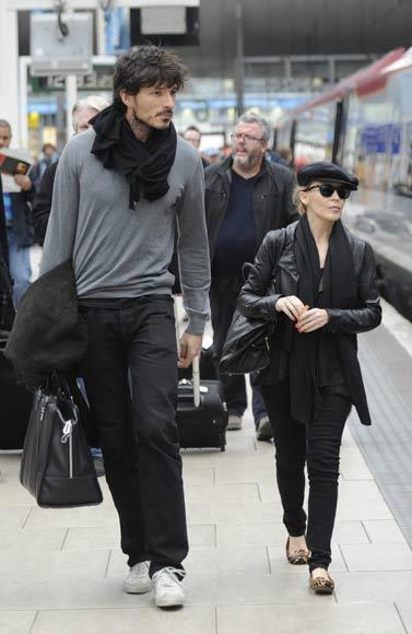 Kylie Minogue y Andrés Velencoso pasean su amor 'a todo tren' por Inglaterra
