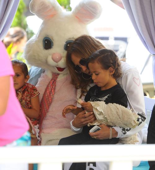 Jennifer López, sensual y provocativa en el trabajo y tierna mamá con sus hijos, Max y Emme