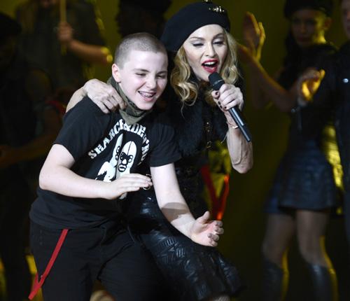Rocco, el hijo de Madonna y Guy Ritchie, un bailarín más en el concierto de su madre en Tel Aviv