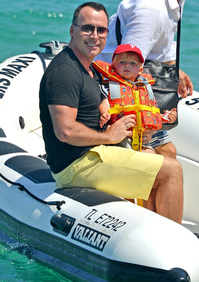 Zachary, hijo de Elton John y David Furnish, un gracioso marinerito en Saint Tropez