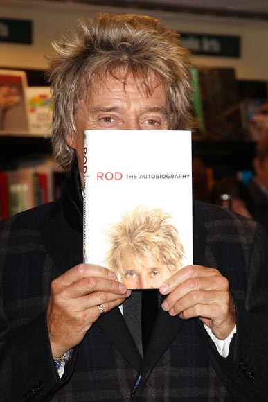Rod Stewart hace un repaso en su biografía de sus 'grandes amores' y sus errores con las mujeres