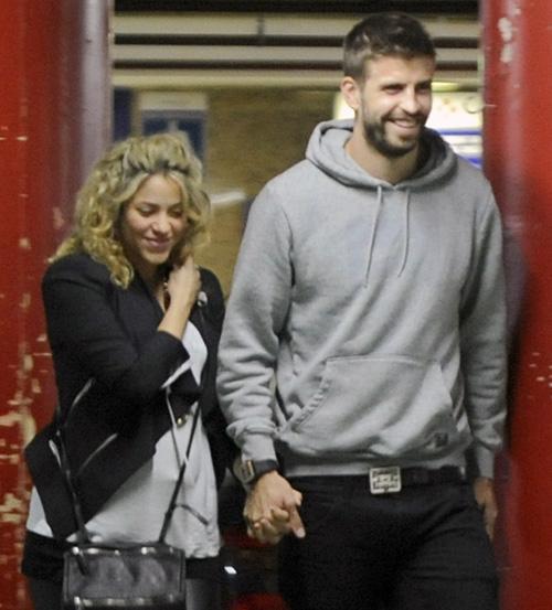 Subida a sus tacones y en su sexto mes de embarazo, Shakira reaparece junto a Piqué en un cine de Barcelona