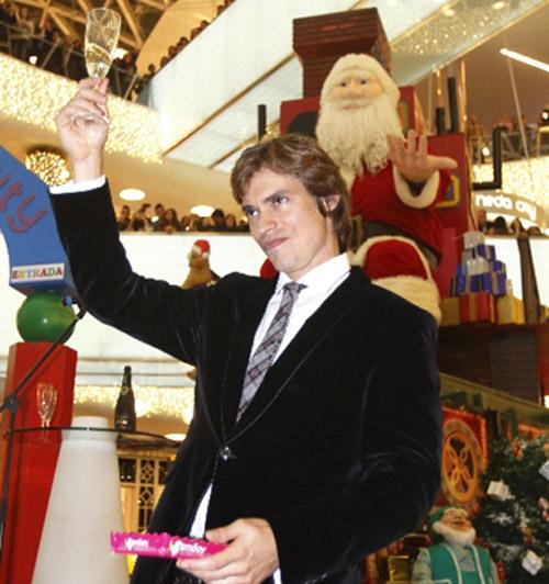Carlos Baute enciende las luces de Navidad: 'Pasaré la Nochebuena con Astrid y mis suegros'
