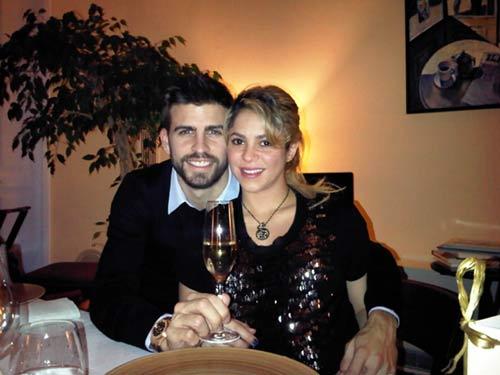 Los futuros papás Shakira y Piqué nos envían sus mejores deseos para 2013
