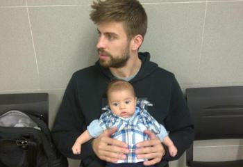 Milan, todo un 'hombrecito' en brazos de su papá, Gerard Piqué